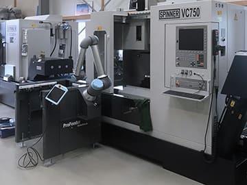 Spinner AG - EasyRobotics ProFeeder Light mit Cobot Universal Robots UR10e vor Spinner VC750-XL