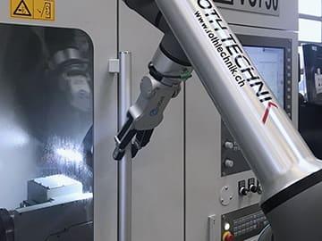 Spinner AG - Der Cobot UR10e des ProFeeders kann auch Türen öffnen