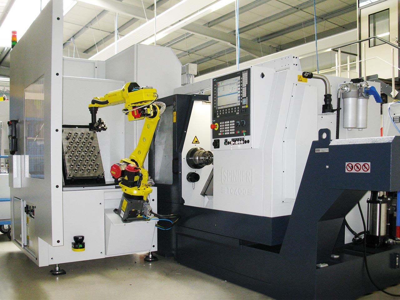 Spinner AG - Spinner TC400 mit Universalroboterzelle bei der Produktion