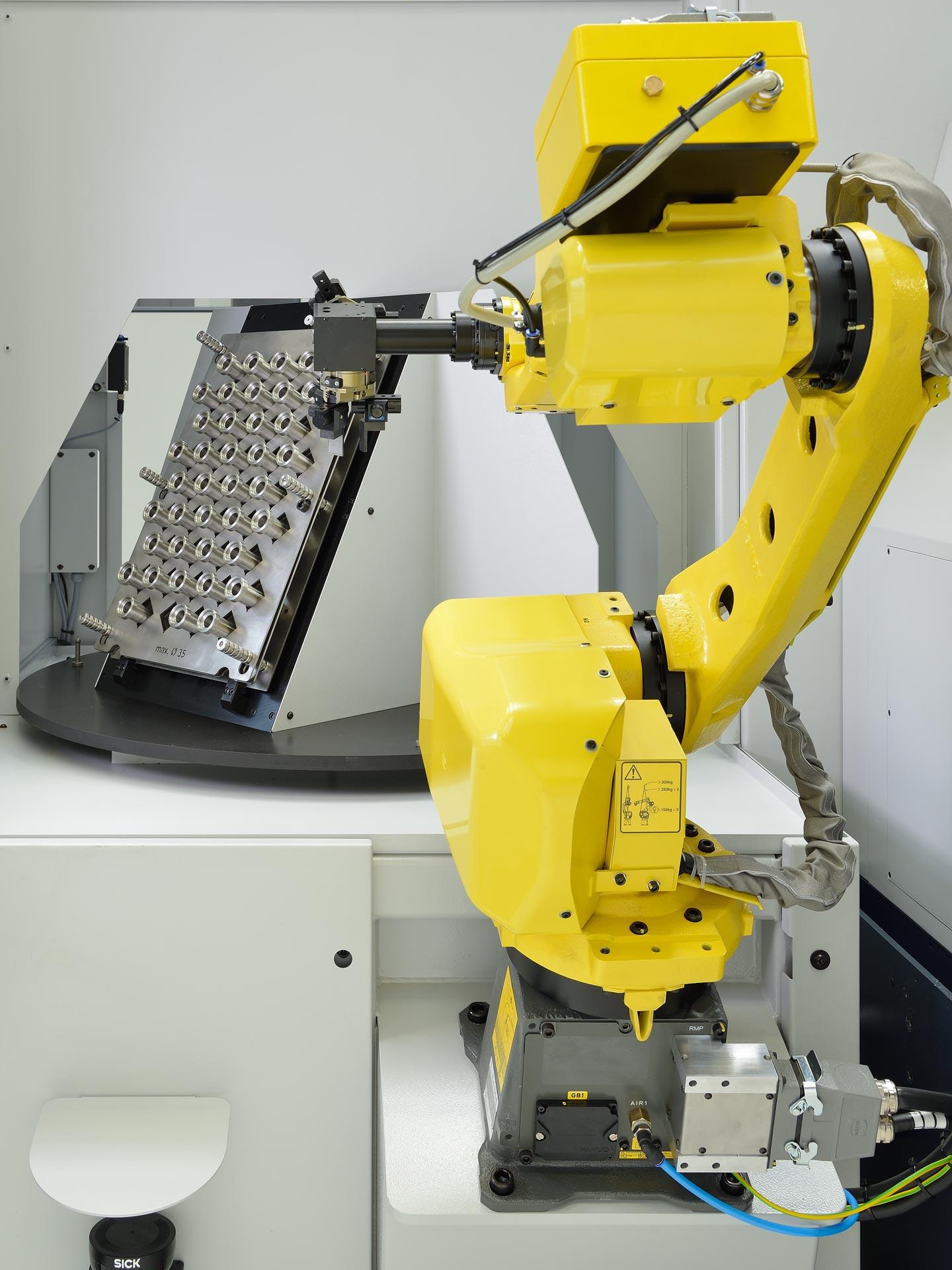Spinner AG - Universalroboterzelle Innenansicht mit Wendetisch