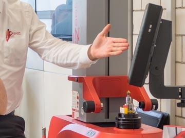 Spinner AG - Vorführung des Werkzeugvoreinstellgerätes EZset mit IC1